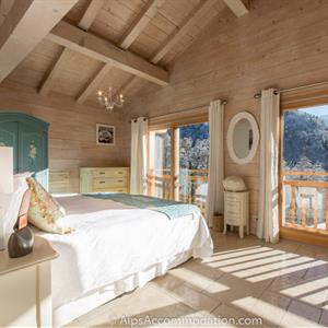Chalet Falcon Samoens Wonderful ensuite king bedroom with additional single bed